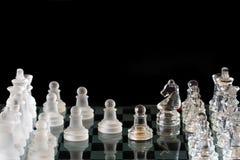 Potenza di scacchi - scacchi di cristallo su priorità bassa nera Fotografia Stock Libera da Diritti