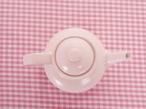 Potenziometer des rosafarbenen Tees auf Tabellentuch von der Oberseite Stockbilder