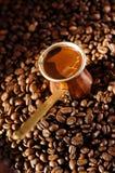 Potenziometer des türkischen Kaffees mit Kaffeebohnen Stockfotos