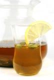 Potenziometer und Glas grüner Tee Lizenzfreie Stockfotos