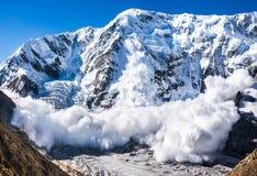 Potere della natura Valanga nel Caucaso immagini stock libere da diritti
