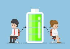Potere di Character Charging Energy dell'uomo d'affari dalla batteria Fotografie Stock Libere da Diritti