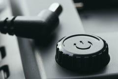 Potere di plastica nero fuori sul bottone con adeguamento di potere una spina da 12 volt fotografia stock