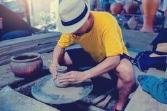 Poterie, atelier, concept d'art de céramique - le plan rapproché sur les mains masculines sculptent le nouvel ustensile avec les  photo libre de droits