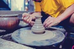 Poterie, atelier, concept d'art de céramique - le plan rapproché sur les mains masculines sculptent le nouvel ustensile avec les  photographie stock libre de droits