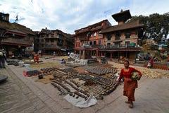 Poterie carrée complètement avec la céramique au Népal Photographie stock