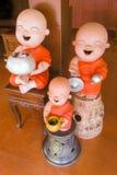 Poterie de terre bouddhiste heureuse de novice Photographie stock libre de droits