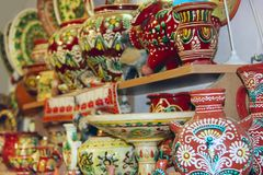 Poterie de terre sur des étagères de boutique Marchandises en céramique Produits de céramique en vente Photographie stock