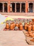 Poterie Handcrafted séchant au soleil, Bhaktapur Images libres de droits