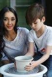 Poterie La jeune mère enseignent le fils Photo libre de droits