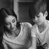 Poterie La jeune mère enseignent le fils Image stock