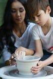 Poterie La jeune mère enseignent le fils Photographie stock libre de droits
