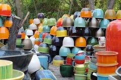 Potes coloridos hermosos en Thao Hong Thai Ceramic Factory imagen de archivo libre de regalías