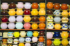 Potes de arcilla coloreados hechos a mano fotos de archivo libres de regalías