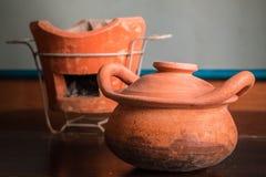 Potes de arcilla en la madera vieja Fotografía de archivo