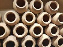 Potes de arcilla en simetría de formación horizontal apilada marrón clara como decoración imágenes de archivo libres de regalías