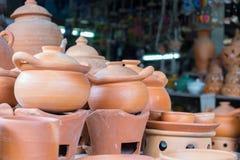 Potes de arcilla hechos a mano marrones de la loza de barro fotos de archivo libres de regalías