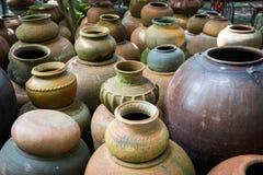 Potes de arcilla viejos hechos a mano de la loza de barro en Tailandia Imagen de archivo