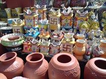Potes de arcilla y potes coloridos Imágenes de archivo libres de regalías