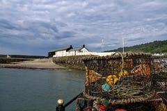 Potes de cangrejo en el Cobb Lyme Regis imagenes de archivo