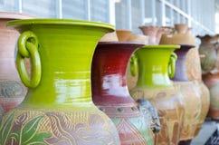 Potes de cerámica coloridos Imagenes de archivo