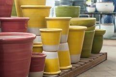 potes de cerámica coloridos en una tienda que cultiva un huerto Foto de archivo libre de regalías