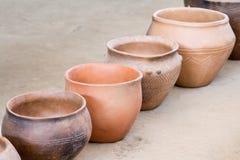 Potes de cerámica de Brown que se colocan diagonalmente Fotos de archivo