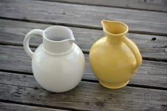 Potes de cerámica del agua o de la leche fotos de archivo libres de regalías