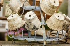 Potes de cerámica pasados de moda de los floreros de la arcilla Imágenes de archivo libres de regalías