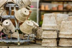 Potes de cerámica pasados de moda de los floreros de la arcilla Fotografía de archivo
