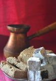 Potes de cobre viejos del café turco y dulces medio-orientales en la superficie de Borgoña y el fondo de Borgoña imagen de archivo