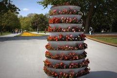 Potes de flores de conexión en cascada en el callejón del parque Foto de archivo