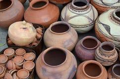Potes de la loza de barro en el mercado callejero, Nawalgarh, rajá fotografía de archivo