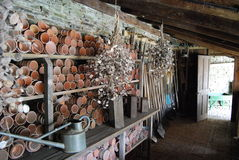 Potes de la planta e instrumentos del jardín Imagen de archivo libre de regalías