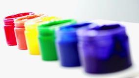 Potes de pintura del arco iris en fila para el orgullo gay almacen de video