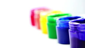 Potes de pintura del arco iris en una línea para el orgullo gay almacen de metraje de vídeo