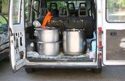 potes del servicio de la cantina para el transporte de la comida en el estirón Fotografía de archivo libre de regalías