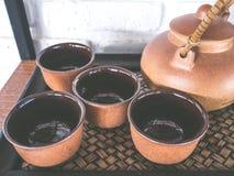 Potes del té de cerámica en la tabla Fotografía de archivo libre de regalías