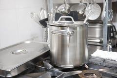 Potes instalados en un cooktop del gas La imagen se puede utilizar como fondo imagenes de archivo