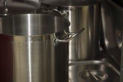 Potes instalados en un cooktop del gas La imagen se puede utilizar como fondo imagen de archivo libre de regalías