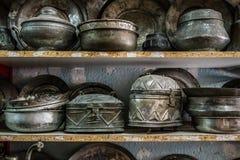 Potes y floreros de cobre antiguos para la venta en un anticuario Foto de archivo libre de regalías