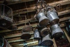 Potes y floreros de cobre antiguos para la venta en un anticuario Fotografía de archivo libre de regalías