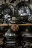 Potes y floreros de cobre antiguos para la venta en un anticuario Fotos de archivo