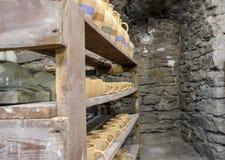 potes y tazas de arcilla handcrafted que se sientan en la exhibición imagen de archivo