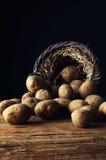 Potetoes на деревянном столе Стоковые Фото