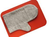Potholder-vuisthandschoen op oranje raad Stock Fotografie