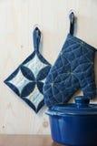 Potholders de cuisine sur des crochets Photo stock