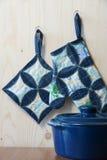 Potholders de cuisine sur des crochets Photos libres de droits