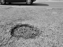 Pothole in weg stock fotografie