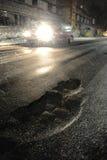 Potholes met auto Stock Foto's